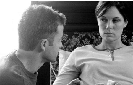 Pillanatkép a Tűzbiztos házasság című filmből: a főszereplő a könyv alkalmazásával hozta helyre a házasságát